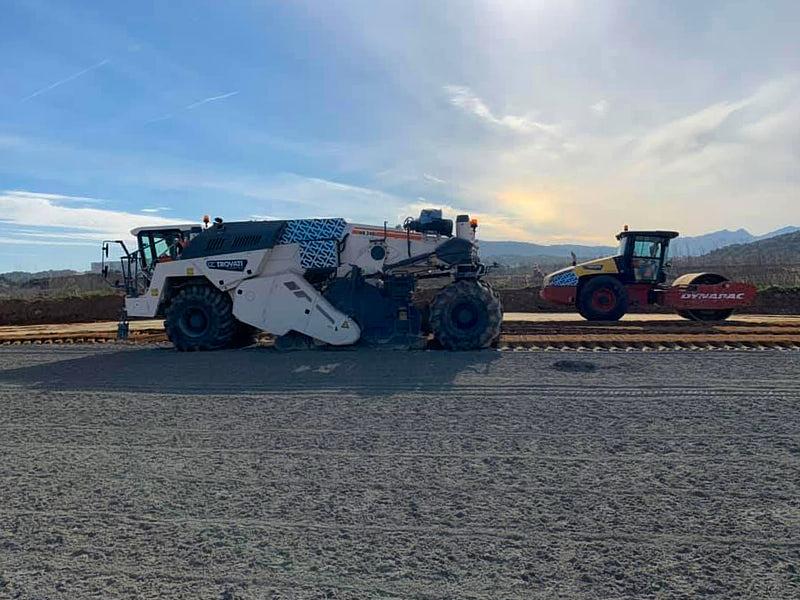 Stabilizzazione in situ e riciclaggio a freddo-Stabilizzazione a cemento fondazione stradale pista di atterraggio aeroporto Costa Smeralda-full
